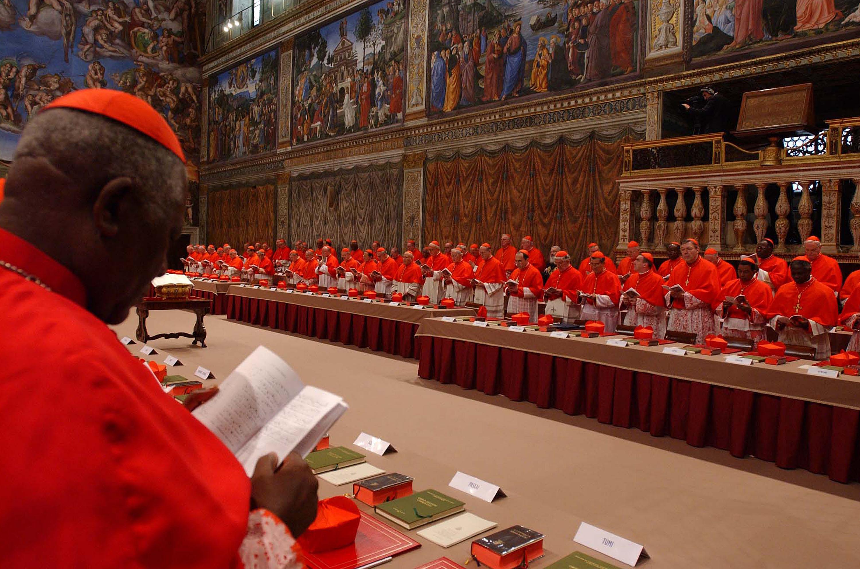 I cardinali ritratti prima del primo conclave del terzo millennio, che dovra' eleggere il successore di Giovanni Paolo II: il maestro delle celebrazioni liturgiche pontificie, mons. Piero Marini ha pronunciato l'extra omnes, il  ''fuori tutti'', che annuncia la chiusura delle porte della Sistina. ANSA/OSSERVATORE ROMANO/POOL